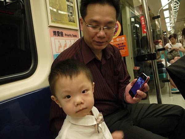 坐捷運3.JPG