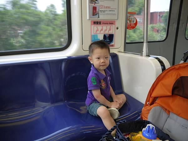 坐捷運2.JPG