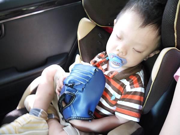 奕誠抱著新手套睡.JPG