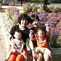奕誠奕翔與媽媽&外婆.JPG
