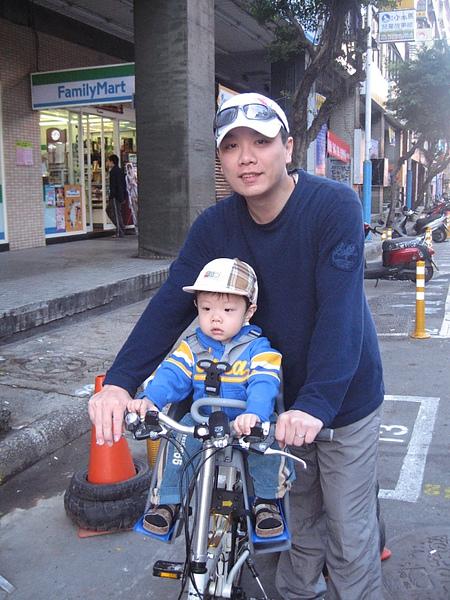 坐腳踏車.JPG