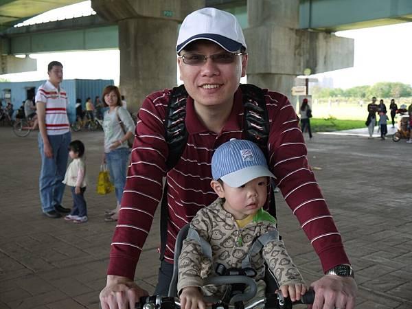 坐腳踏車4.JPG
