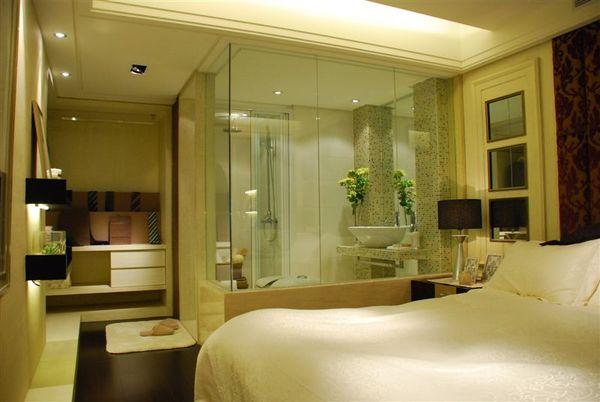 臥室和玻璃衛浴室