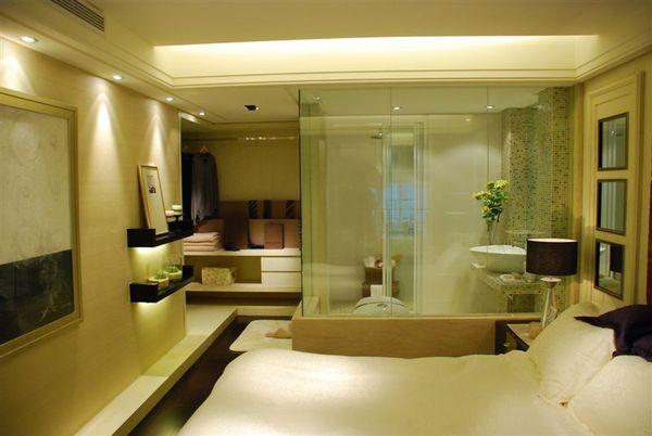 再來ㄧ張臥室和玻璃衛浴室