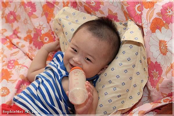 1Y11M-快樂的喝奶時光.JPG