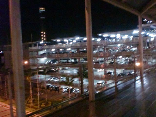機場對面的立體停車場