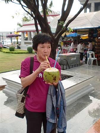 我媽一直吵著要喝椰子汁啦