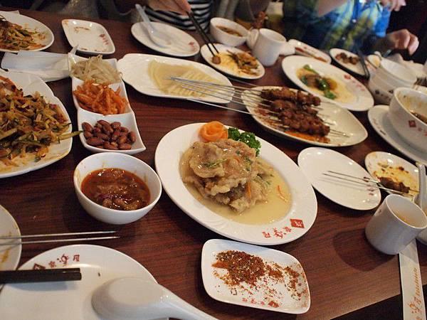 滿桌子的美食