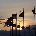 迴繞著紀念碑的國旗.jpg