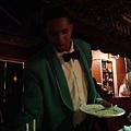 穿著綠色制服的店員.jpg
