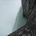 來到了瀑布的後方.jpg
