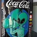 外星人也喝可樂.jpg