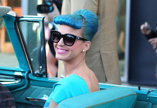 Katy Perry也很喜歡玩髮色. (但這個偏淺藍色吧)