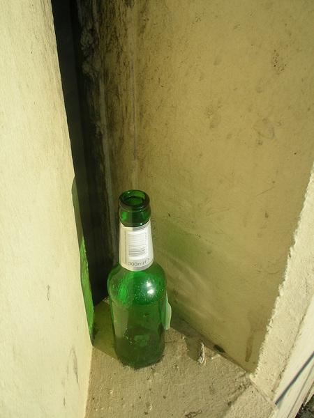 路上有酒瓶