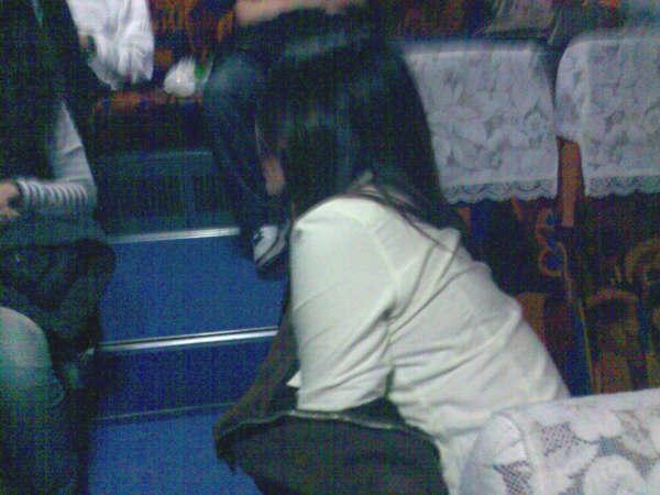 巴士椅子靠著邊邊睡