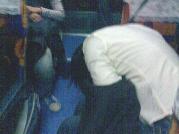 巴士椅子晾著上半身睡