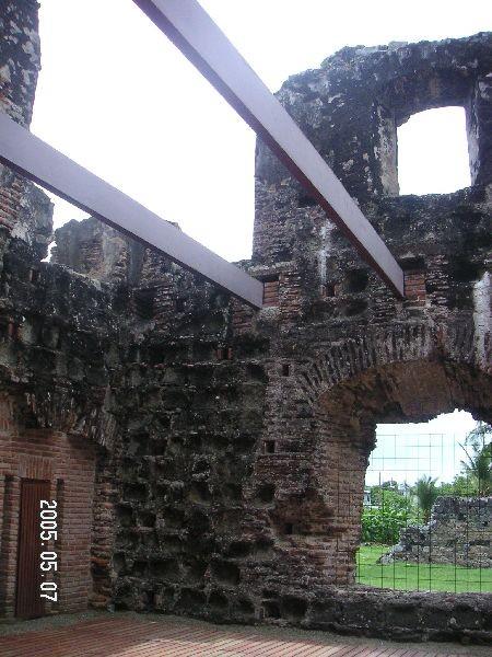 Church舞台兩旁的支撐木架