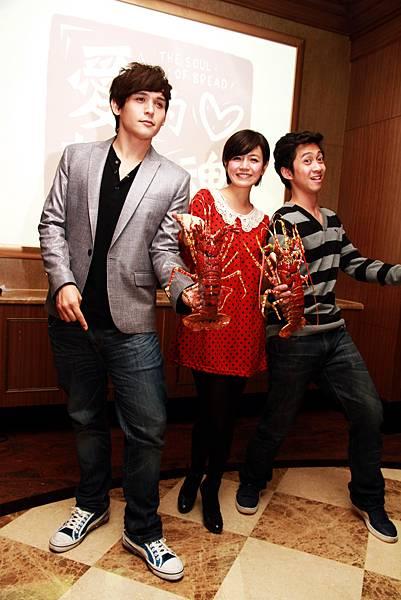 2011-11-02 《愛的麵包魂》演員出席殺青 酒,左倪安東、陳妍希、陳 漢典大秀海鮮舞。.jpg