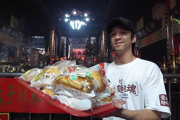陳漢典捧麵包.JPG