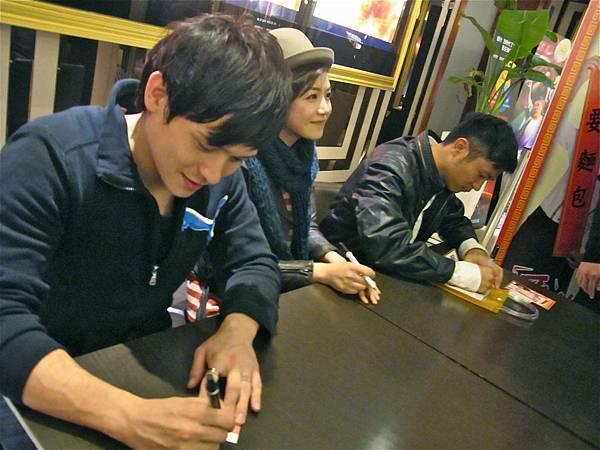 《愛的麵包魂》導演及演員勤跑映後座談感謝支持的觀眾.JPG