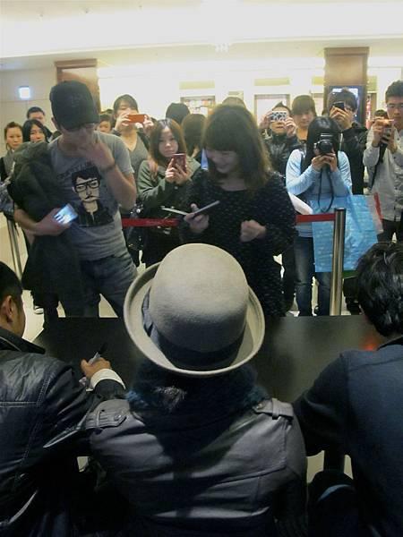 《愛的麵包魂》導演&演員們為購票的觀眾簽名.jpg