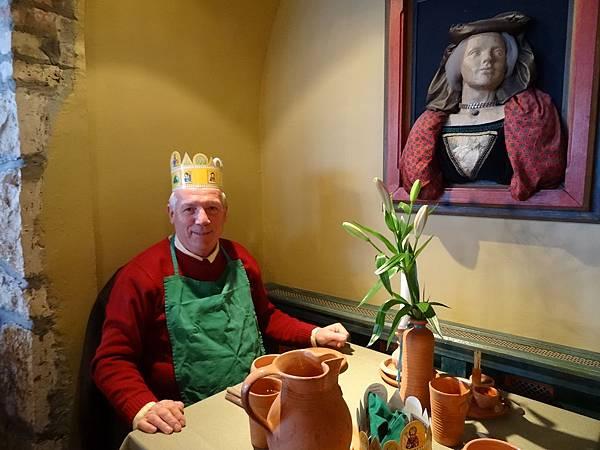 Visegrad 文藝復興餐廳 (2) 坐下來先學中世紀貴族戴皇冠穿圍兜兜.JPG
