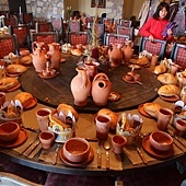 Visegrad 文藝復興餐廳 (1) 全部的餐具都是陶製的.JPG