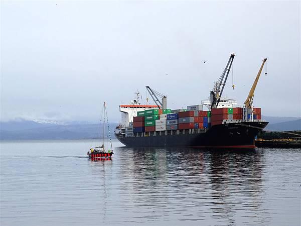 (1) 大貨輪與觀光小艇