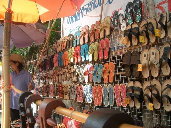曼谷--水上市場 (5) 各式紀念品雜貨,要買要喊大聲一點,船沒有煞車的.JPG