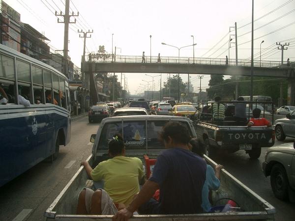 曼谷--主要交通工具 (4) 一般人民的最愛是這種美式載卡多,可以載人載貨載動物搬屍體一車多用.JPG