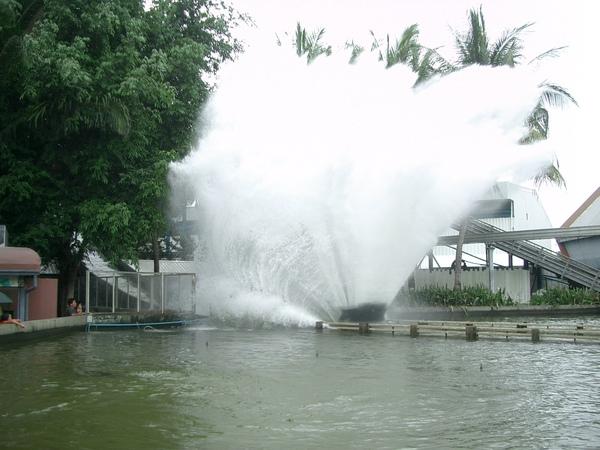 曼谷--夢幻世界 (4) 完此項設施最消暑了,因為一定會濕到內褲去.JPG