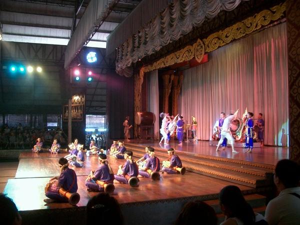 東芭樂園 (2) 裡面有民俗表演.jpg