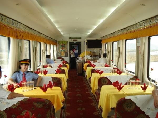 青藏鐵路 (15)  更舒適的餐車.JPG