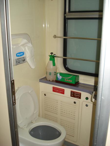 青藏鐵路 (16)  廁所比較新一點.jpg