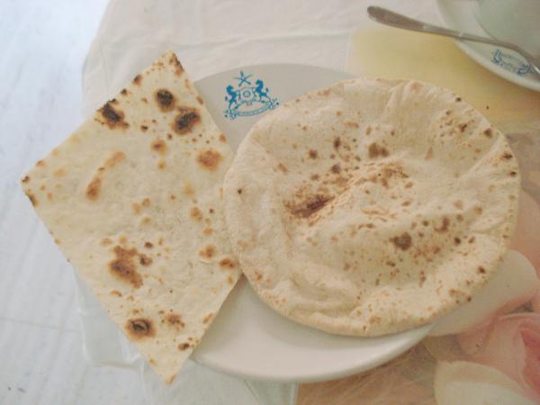 我最愛的印度主食,左邊是Naan右邊是Roti.JPG