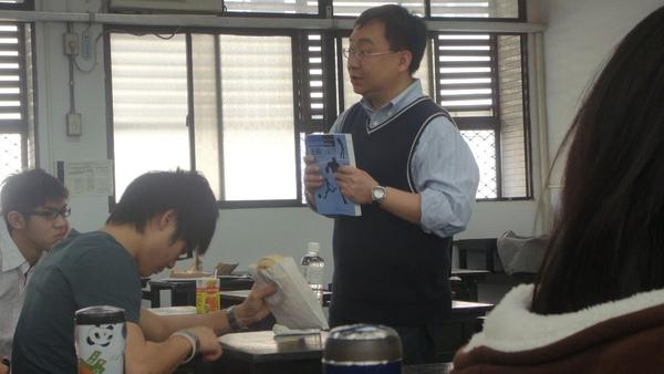 書本跟老師的衣服好搭.JPG