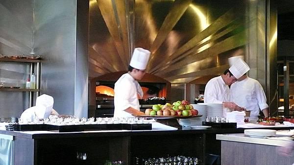 廚師群,有兩個很大的窯在烤火