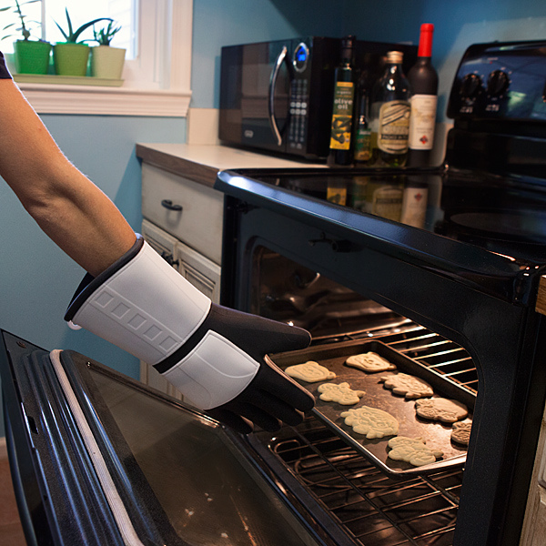 ilsh_trooper_silicone_oven_mitt_inuse