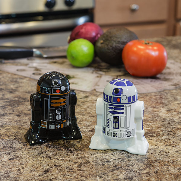 1f9d_sw_droid_salt_pepper_shaker_inuse