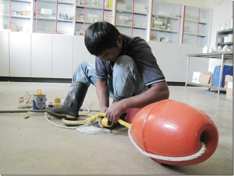 阿賜老師正在製作玩具