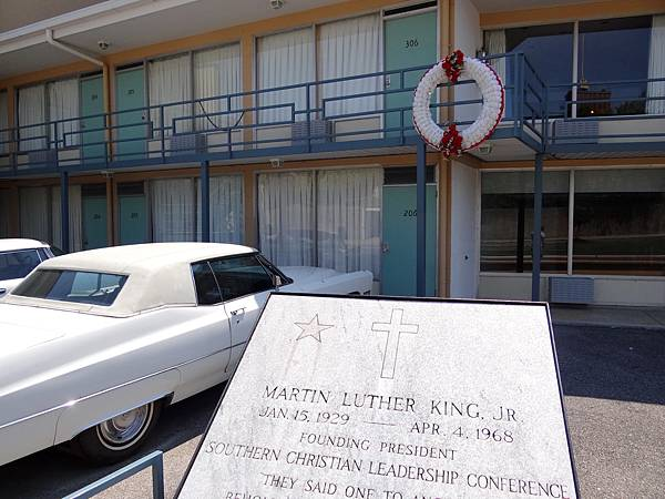 Exterior_of_Lorraine_Motel_with_Plaque_and_Wreath_Commemorating_Assassination_of_Martin_Luther_King_-_National_Civil_Rights_Museum_-_Downtown_Memphis_-_Tennessee.jpg