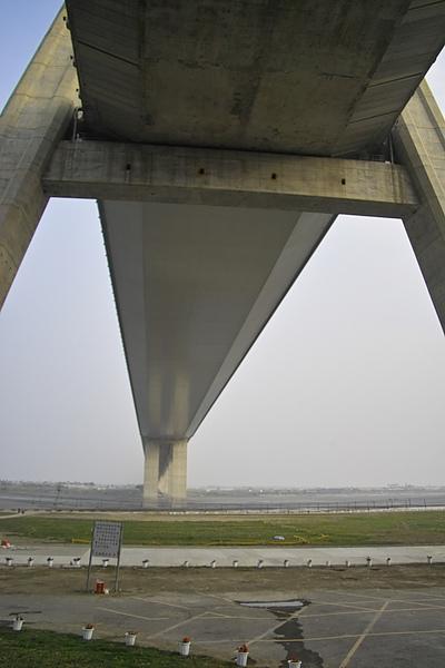 高屏溪斜張橋底部特寫.jpg
