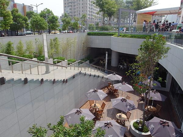 高雄市漢神巨蛋中庭咖啡座.JPG