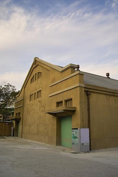 台北華山文化特區建築+天空.jpg