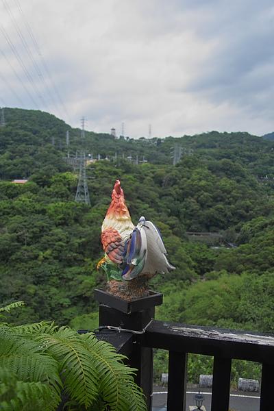 台北市夜濤紗陽明山景觀餐廳怪雞雕塑.jpg