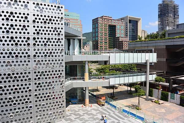 台北市富邦momo百貨信義A10【盜攝版】 (11)