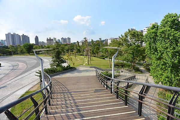 台北縣新店市裕隆公園 (8).JPG