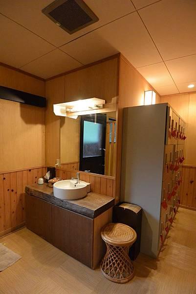 日本徳島県和の宿 ホテル祖谷温泉:男湯 渓谷の湯 (45).JPG