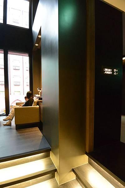 花蓮縣花蓮市捷絲旅花蓮中正館:圖書館+自助洗衣間 (15).JPG