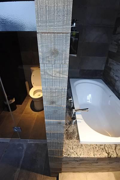 台中市草悟道文創旅館:鐵支四人房(有浴缸) (3).JPG